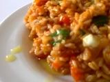 Rizoto z hnědé rýže s cherry rajčátky, mozzarellou a čerstvou ...
