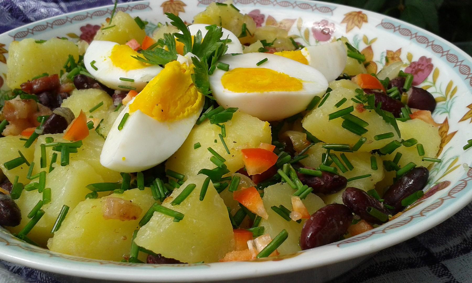 Teplý bramborový salát s fazolemi a vejci recept