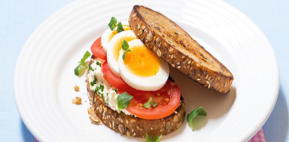 Topinky s rajčaty a vařeným vejcem