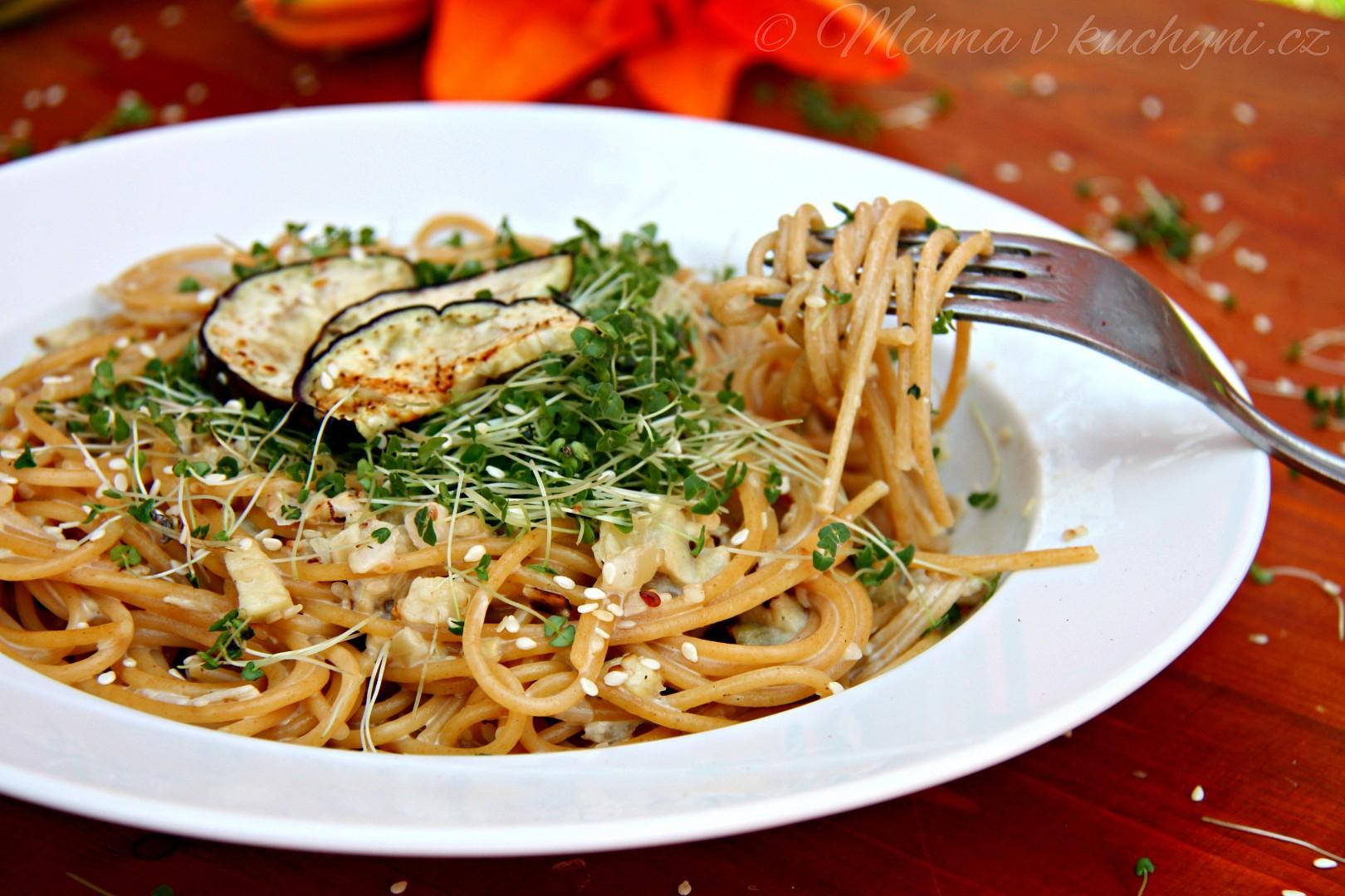 Špagety s lilkovou omáčkou a klíčenými chia semínky recept ...