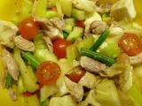 Salát z těstovin, kuřecího, hermelínu a zeleniny recept