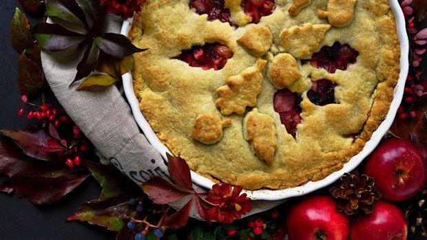 Jablečný koláč s ostružinami a zázvorem