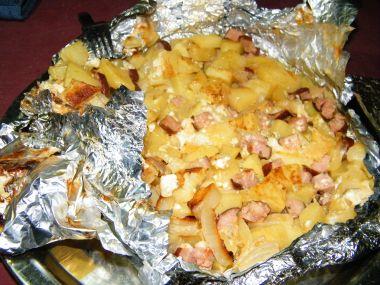 Zapečené brambory se sýrem a uzeninou v alobalu na grilu ...