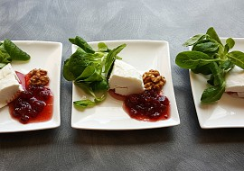 Kozí sýr s brusinkami a ořechy recept