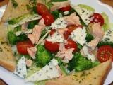 Salát s lososem, brokolicí a plísňovým sýrem recept