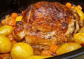 Vepřová plec pečená pomalu společně s bramborami a mrkví recept ...
