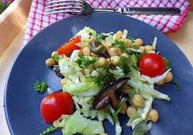Teplý cizrnový salát s lesními houbami a raným zelím recept ...