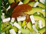 Okurkový salát s avokádem, broskví a balkánem recept ...