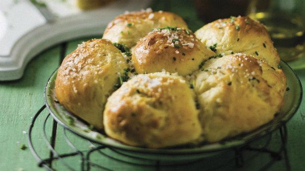 Chlebové bochníčky s pažitkou a opečeným česnekem