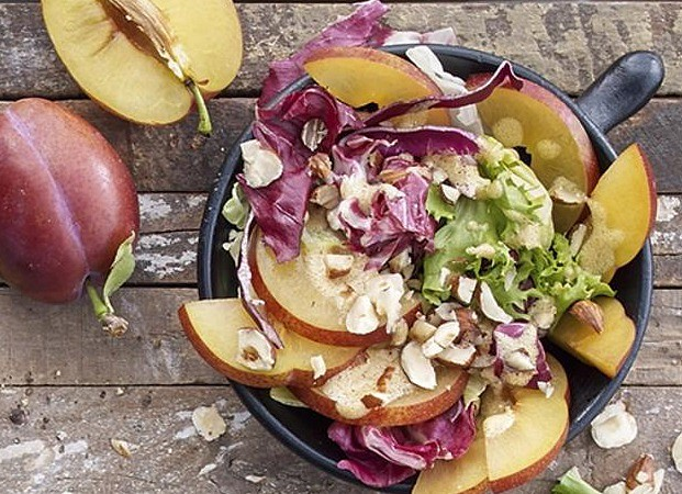 Mix salát s ořechy a švestkami recept