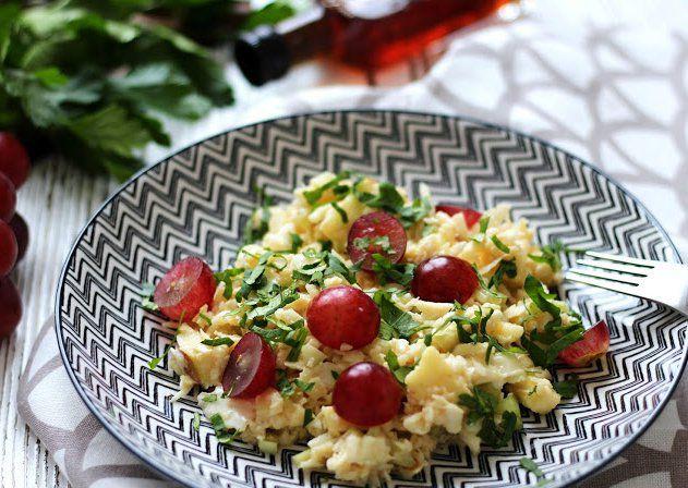 Zelný salát s jablky a hroznovým vínem recept