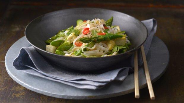 Asijský salát z rýžových nudlí s chřestem
