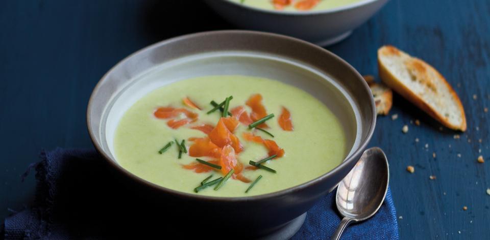 Pórková polévka s kousky uzeného lososa