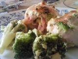 Kuřecí roládka se slaninou a hermelínem zapečená s brokolicí ...