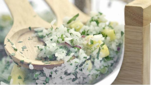 Rýžový salát s bylinkami a ananasem