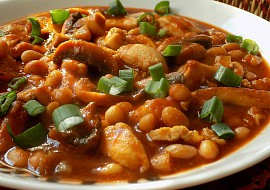 Minutkový kuřecí guláš se žampiony a fazolemi recept
