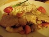 Králík s cibulí, rajčaty, česnekem a mrkví recept
