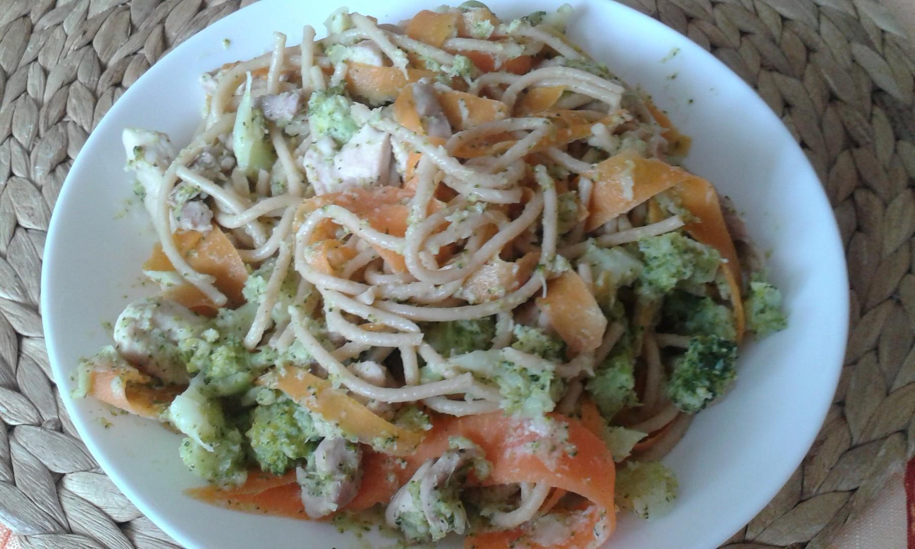 Špagety s brokolicí, mrkví a kuřecím masem recept
