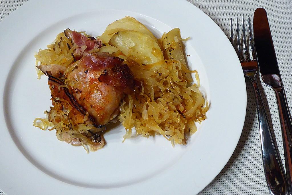 Kuřecí stehna na zelí s bramborami a slaninou recept