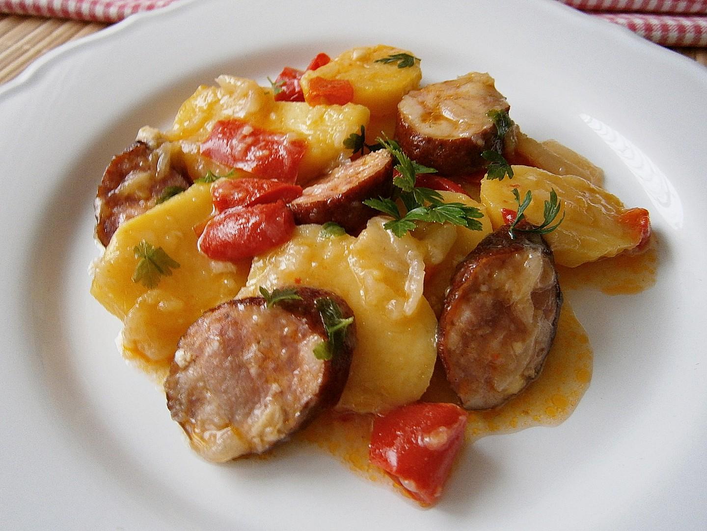 Rychlé brambory s klobásou a zeleninou recept