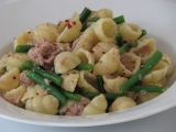 Conchiglie s tuňákem, fazolkami a kapary recept