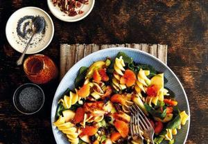 Těstovinový salát s ořechy