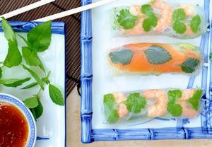 Jarní závitky s krevetami, bylinkami a zeleninovými nudlemi ...