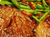 Steak Chuck Tender s fazolkami a slaninou recept