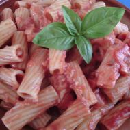 Těstoviny s kuřecím masem, rajčaty a mozarellou recept