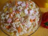 Barevný salát z krabích tyčinek recept