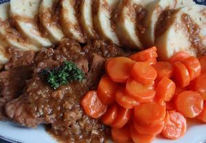 Dušené maso (nejen) na špeku s dušenou mrkví