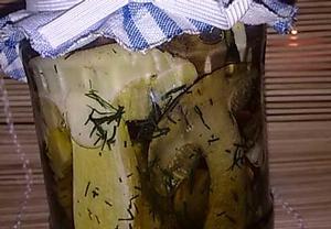 Houby nakládané v oleji na koprové peřince