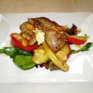 Drůbeží jatýrka na salátu s jablky a mandlemi recept