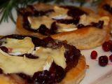 Listové koláčky s cibulí, brusinkami a Hermelínem recept ...