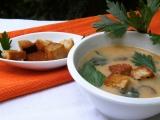 Houbová polévka s celerovou natí a chlebovými krutonky recept ...