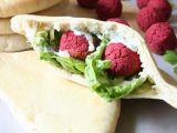 Falafel z červené řepy v domácím pita chlebu s koriandrovým dipem ...