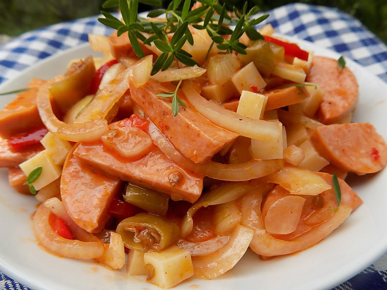 Špekáčkový salát se sýrem recept