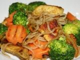 Shirataki nudle s kuřecím masem, brokolicí a mrkví recept ...