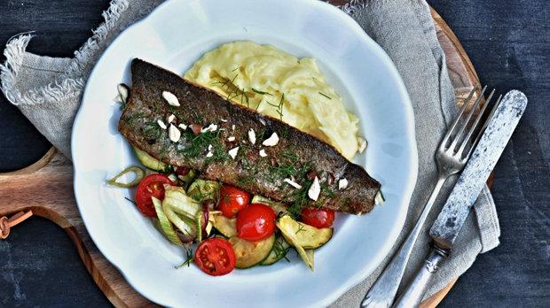 Filet ze pstruha s česnekovou bramborovou kaší a letní zeleninou ...