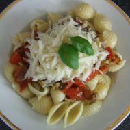Těstoviny s rajčaty, bazalkou a sýrem recept