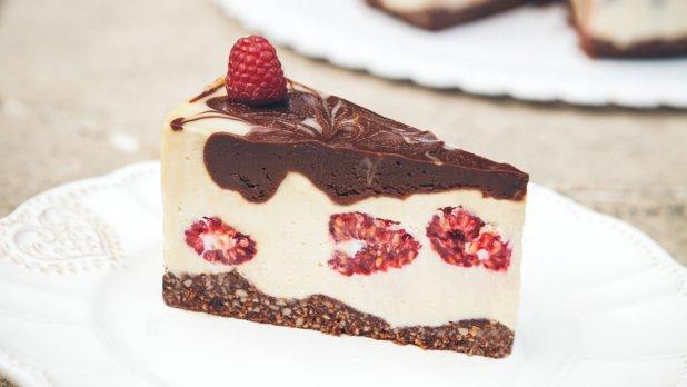 Raw dort z bílé čokolády s celými malinami