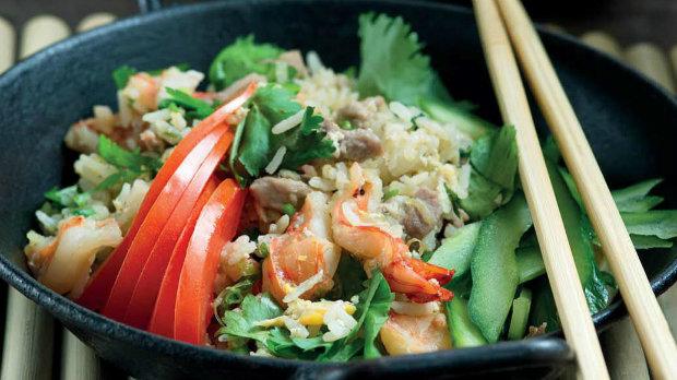 Thajská smažená rýže s vepřovým a krevetami