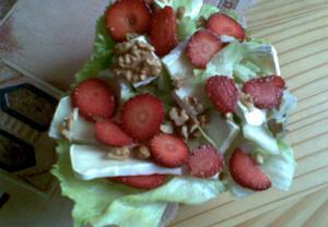 Hermelínový salát s jahodami
