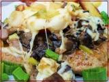Vepřový řízek na houbách se sýrem, lahůdkovou cibulkou a rajčetem