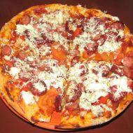 Jogurtová pizza se salámem a nivou recept