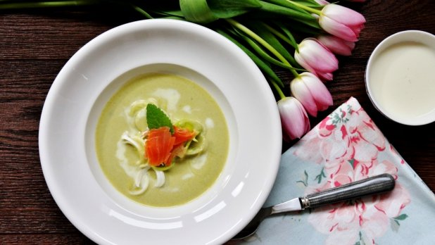 Jarní pórková polévka s uzeným lososem