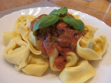 Tortellini s ricottou, špenátem a rajčatovou omáčkou