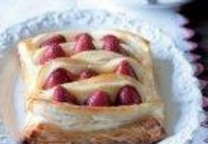 Taštička z listového těsta s pudinkem a jahodami