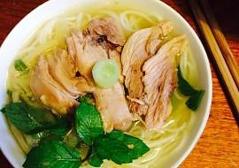 Vietnamská kachní polévka s rýžovými nudlemi a bambusovými ...