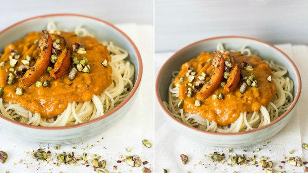 Těstoviny s omáčkou z pečené dýně a rajčat s pistáciemi